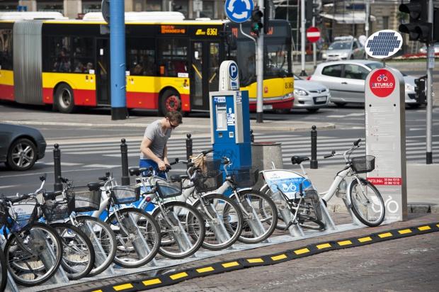 Miejskie rowery w natarciu. Wypożyczalnie oblężone. Przy Jerozolimskich w południe wydarzyła się wczoraj historyczna rzecz