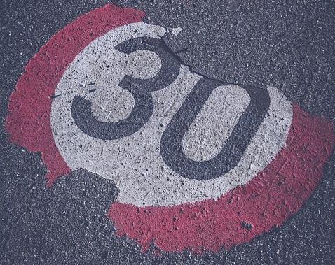 Nie wszyscy kierowcy stosują się do ograniczenia, dlatego w Katowicach strefa ulegnie modyfikacji (fot. pixabay)