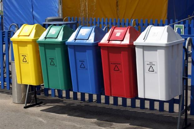 Jednostki samorządu terytorialnego poniosą koszty w związku z koniecznością zakupu pojemników i przyjętych do worków do selektywnego zbierania odpadów komunalnych (fot.pojemniki.pl)