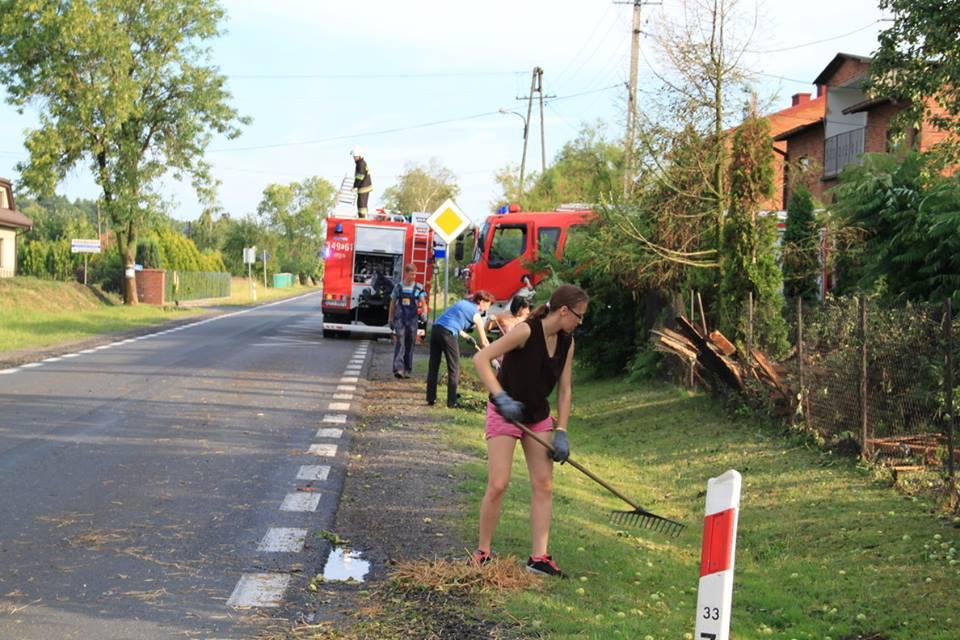 Zniszczone budynki mieszkalne i powalone drzewa to skutki nawałnicy w gminie Moszczenica (fot. facebook.com/Moszczenica)