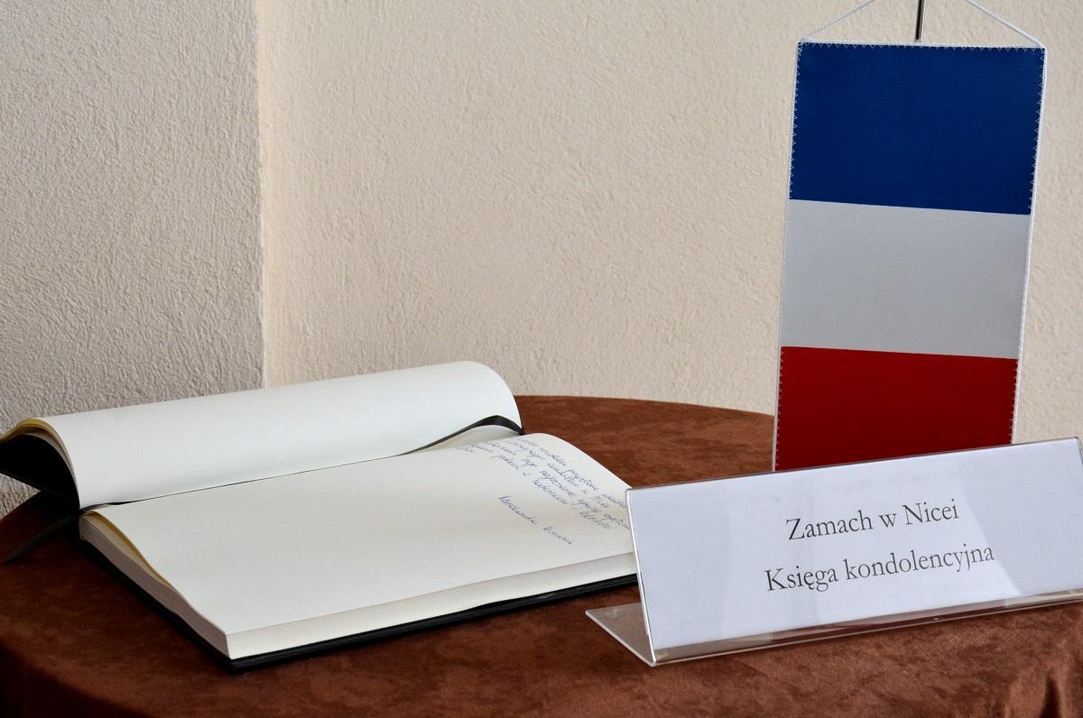 Księga kondolencyjna w Poznaniu (fot. poznan.pl)