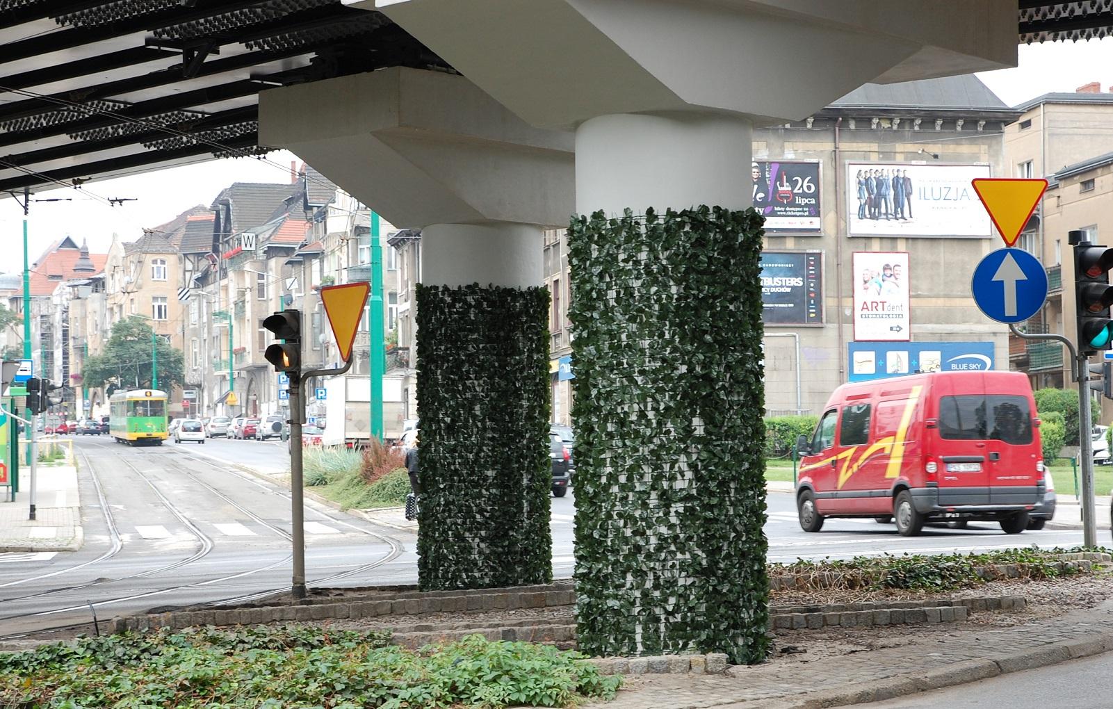 Roślinność jest sztuczna, bo, jak podkreślił ZTM, naturalny bluszcz nie utrzymałby się zbyt długo ze względu na warunki atmosferyczne (fot. poznan.pl)