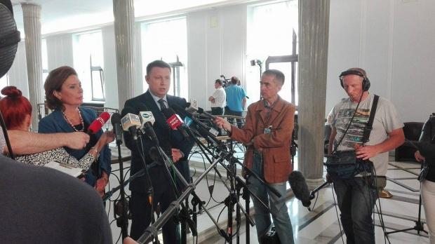 Platforma apeluje, by nie łączyć rocznicy powstania warszawskiego z katastrofą smoleńską