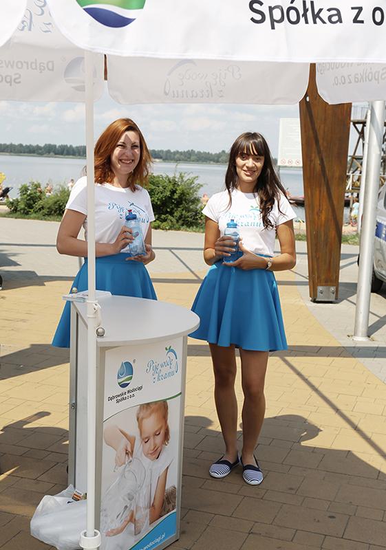 Dąbrowskie Wodociągi częstują wodą z kranu na plaży (fot. mat. pras.)