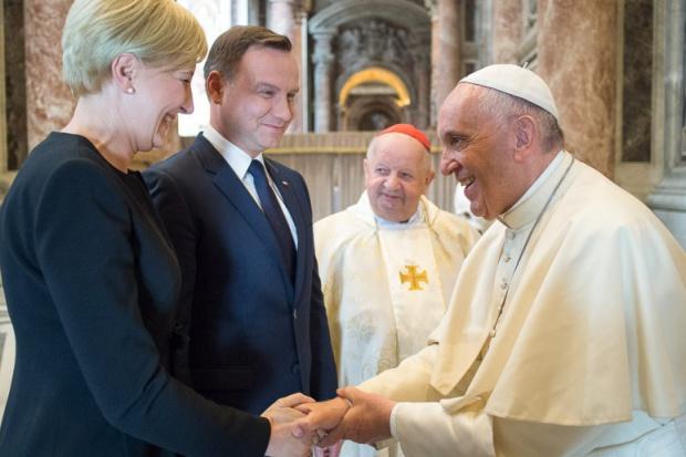 Prezydent Andrzej Duda z żoną na audiencji u papieża Franciszka. Fot. L'Osservatore Romano, KPRM, Prezydent.pl