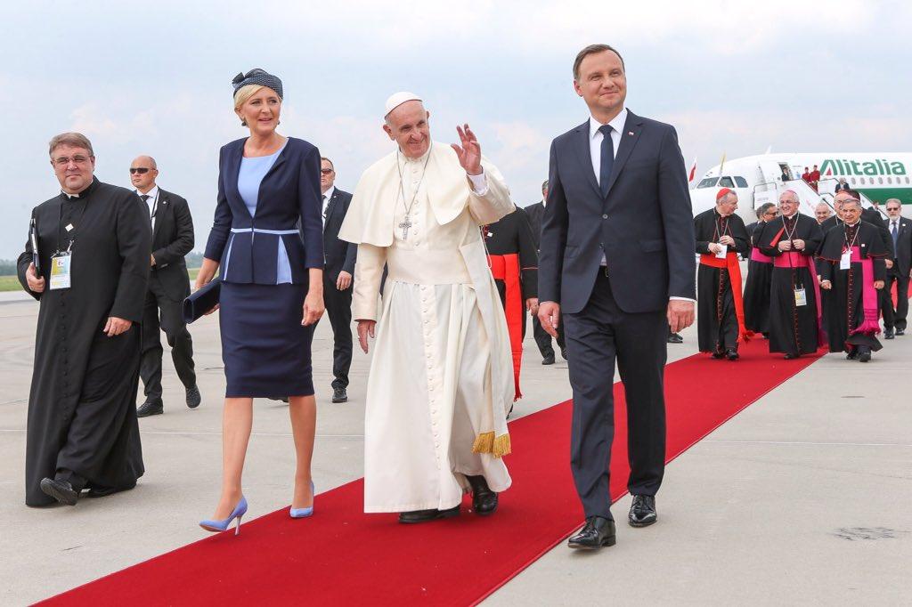 Papieża w Balicach powitała para prezydencka (fot. twitter)