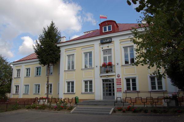 Powiat dąbrowski ma najwyższe bezrobocie w Małopolsce - na zdjęciu urząd miejski w Dąbrowie Tarnowskiej (fot. wikipedia)