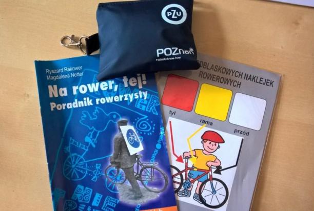Rowerzystom przekazano naklejki odblaskowe na rower oraz apteczki pierwszej pomocy (fot.sm.poznan.pl)