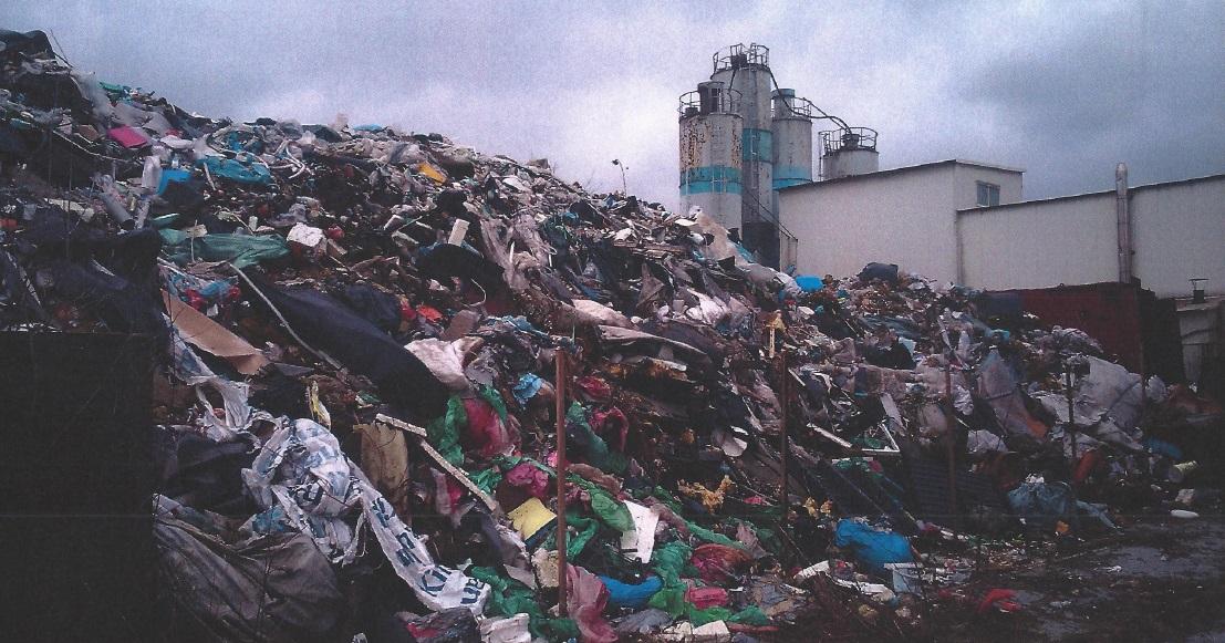 Właściciel firmy nielegalnie składuje góry odpadów przy ul. Golędzinowskiej.