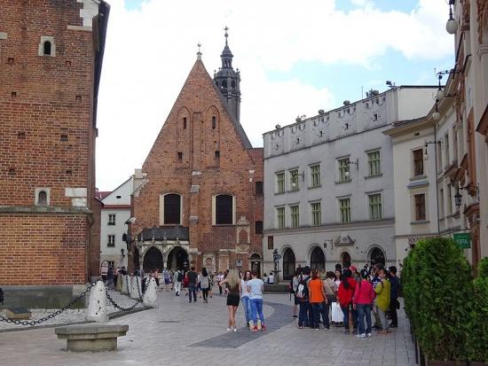 Kraków: Plac przed Bazyliką Mariacką zostanie odnowiony. Ruszył remont