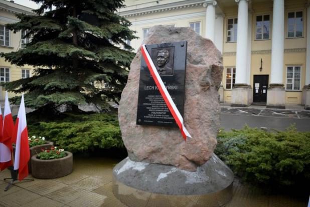 Warszawa: zawieszono postępowanie w sprawie usunięcia tablicy ku pamięci L. Kaczyńskiego