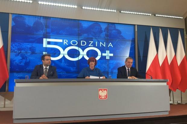 Program, który wprowadził świadczenie wychowawcze w wysokości 500 zł miesięcznie na drugie i kolejne dziecko, a w mniej zamożnych rodzinach również na pierwsze, działa od kwietnia (fot.mrpips.gov.pl)