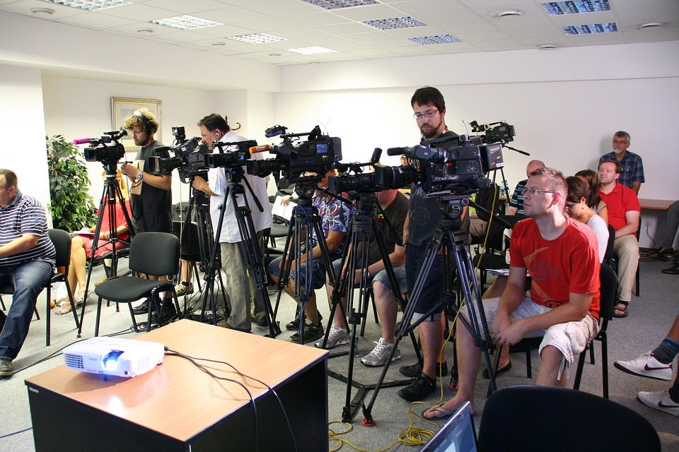 RPO podkreśla też, że dziennikarz ma prawo wstępu na posiedzenia kolegialnych organów władzy publicznej, z możliwością rejestracji dźwięku i obrazu (fot. pixabay)