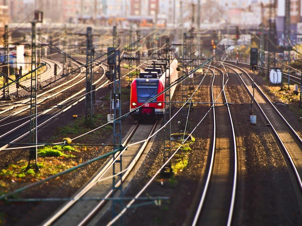 Ponad 600 mln zł zostanie wydanych na poprawę linii kolejowych prowadzących do portów w Szczecinie i Świnoujściu (fot. pixabay)