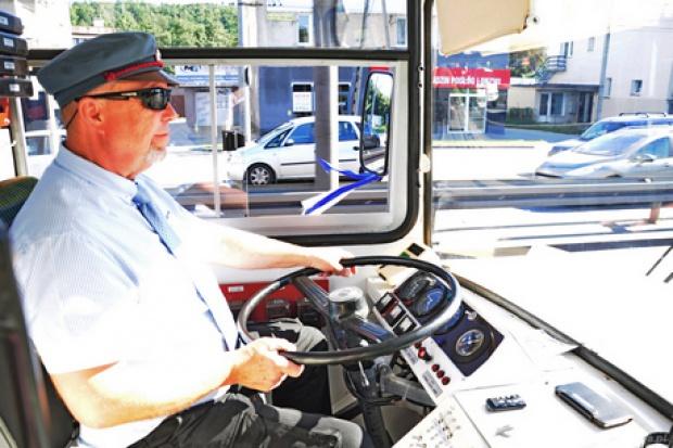 Prowadzi się go dokładnie tak samo jak kiedyś - przyznaje Andrzej Rogacki, który w latach 90-tych prowadził trolejbus o numerze bocznym 12097 (fot. Michał Kowalski/gdynia.pl)