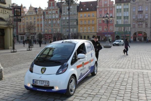 Wrocław był pierwszym miastem w Polsce, w którym służby miejskie korzystały z elektrycznego samochodu Mitsubishi i-MiEV (fot.wroclaw.pl)