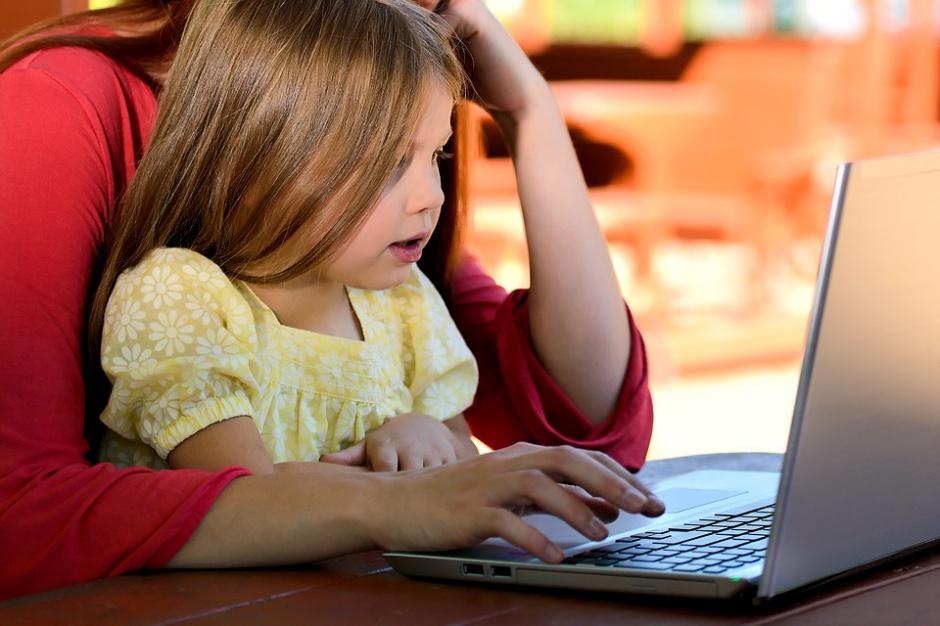 Ponad 65 proc. rodziców najbardziej obawia się kontaktu dziecka ze szkodliwymi treściami. (Fot. Pixabay)