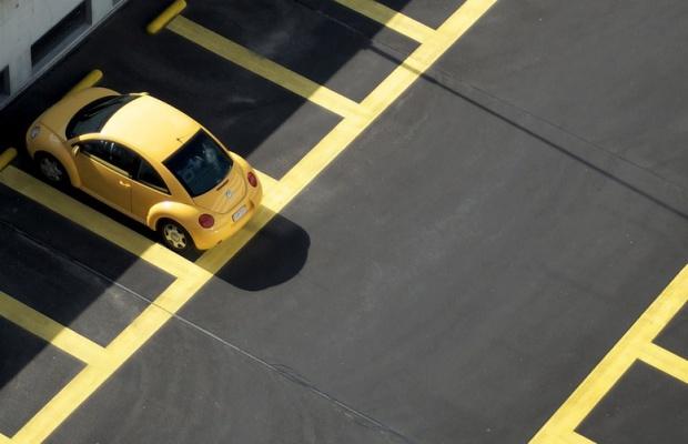 Smart parking rozwiąże problemy z miejscami parkingowymi w miastach? Warszawa już testuje