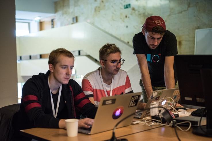 90 osób w 17 zespołach tworzyło przez weekend aplikacje wykorzystujące dane publiczne (fot. Kuba Mozolewski/mc.gov.pl)