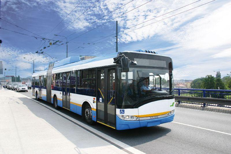 Wskaźniki emisji generowane przez transport zbiorowy są niższe niż w przypadku przewiezienia jednego pasażerokilometra samochodami osobowymi (fot. wikipedia.org)