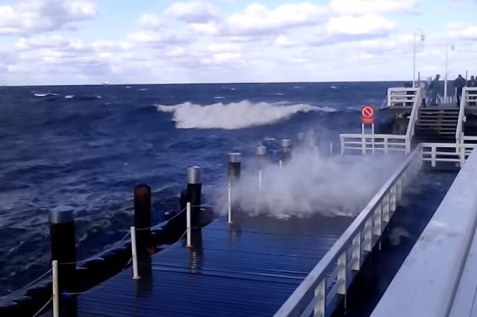 Bałtyk, sztorm w Trójmieście: Molo w Sopocie niszczą wysokie fale (wideo)
