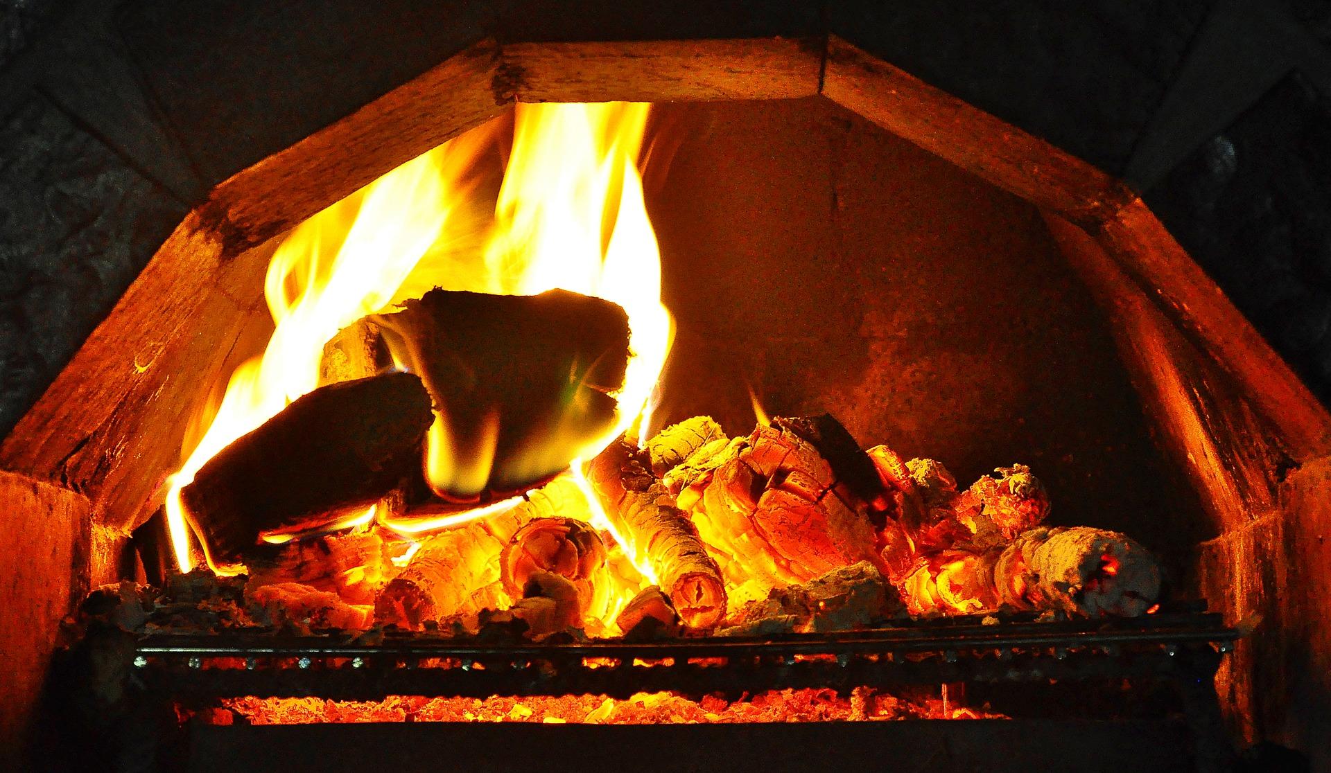 Polacy nie wiedzą też, jakim drewnem najlepiej jest palić czy w jaki sposób rozpalać w kominku. (Fot. Pixabay)