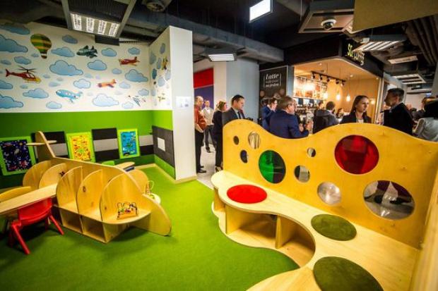 """Na bydgoskim lotnisku powstały sklepy, restauracja z panoramicznym widokiem na startujące i lądujące samoloty, salonik dla VIP-ów i specjalnie zaprojektowany """"lotniczy"""" plac zabaw dla dzieci (fot.kujawsko-pomorskie.pl)"""