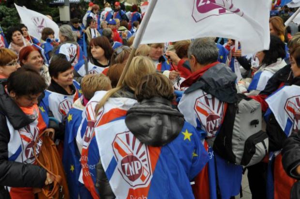 Reforma edukacji: Uczestnicy manifestacji ZNP złożyli petycję w urzędzie wojewódzkim