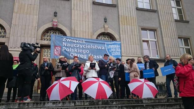 Protesty przeciwko reformie edukacji ze wsparciem samorządowców opozycji. Wojewodów wygwizdano