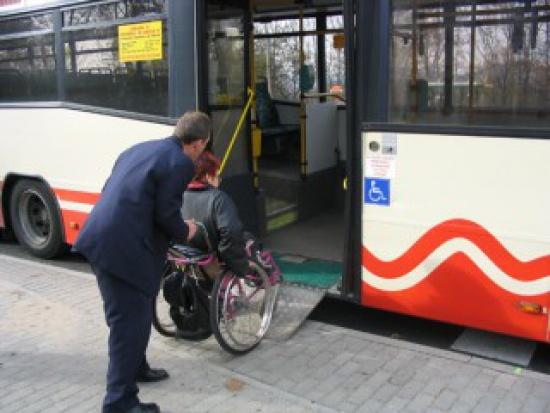 NIK: komunikacja miejska nadal niedostosowana do potrzeb niepełnosprawnych