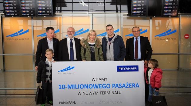 Sylwia Zadumińska jest 10-milionowym pasażerem nowego terminalu wrocławskiego lotniska. (fot. wroclaw.pl)