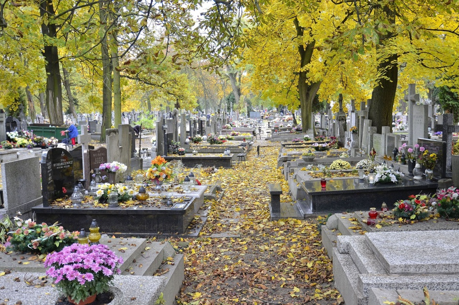 Warszawa, autobusy: Ulice przy cmentarzach zamknięte dla samochodów na Wszystkich Świętych