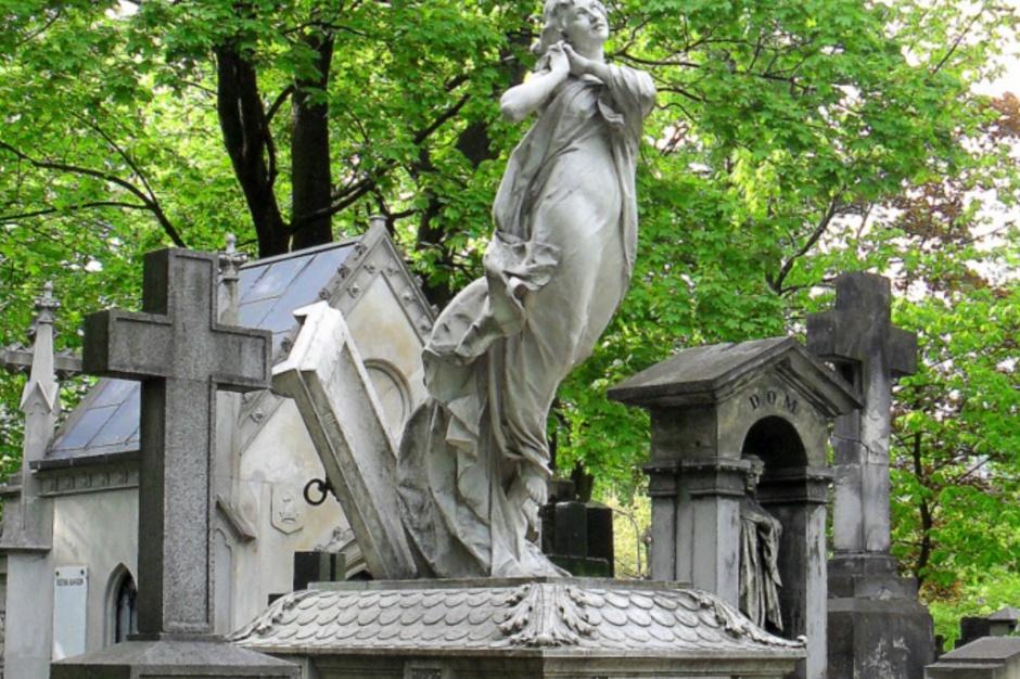 Warszawa, kwesta na Cmentarzu Powązkowskim: Zebrano 170 tys. zł na renowację zabytków na Starych Powązkach