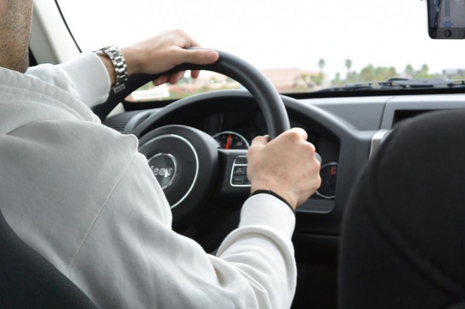 Polak za kierownicą: Ile przejżdża i ile wydaje na paliwo?