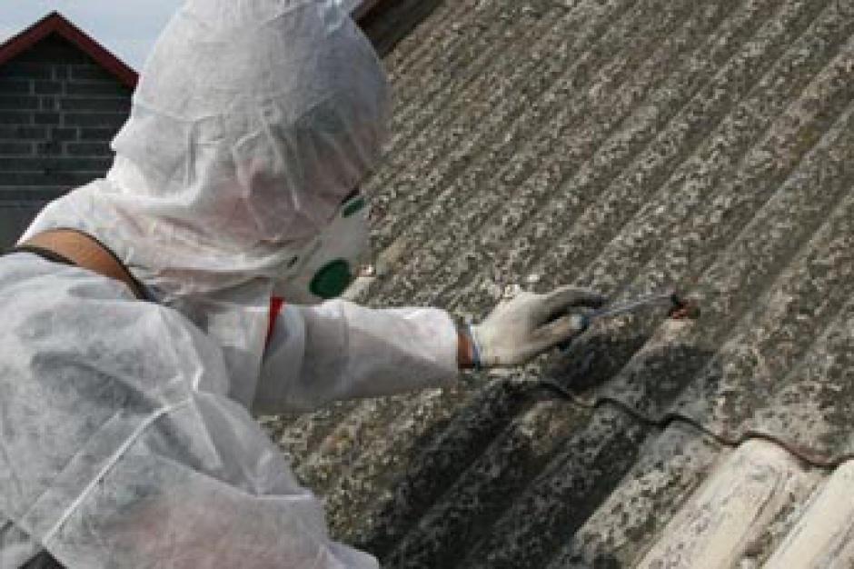 Ministerstwo zapowiada dodatkowe 70 mln złotych na program usuwania azbestu