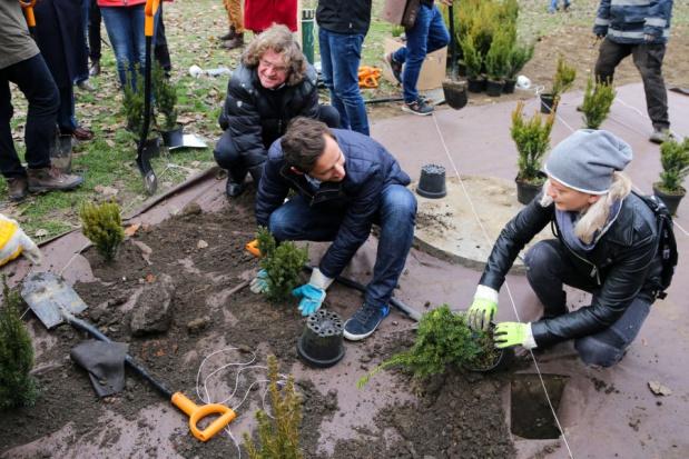Kraków: Więcej zieleni mniej zanieczyszczeń - artyści sadzą krzewy