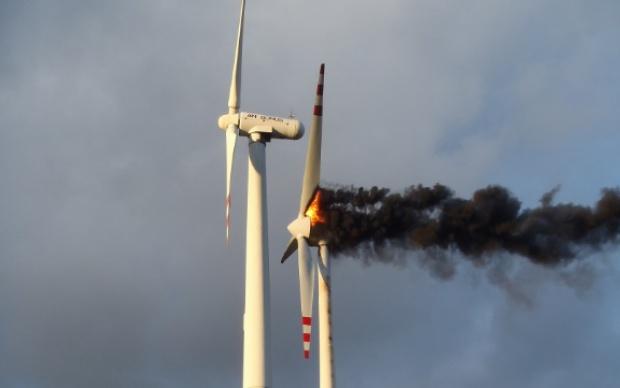 Pożar turbiny wiatrowej w Kole - kłęby dymu nad farmą wiatrową