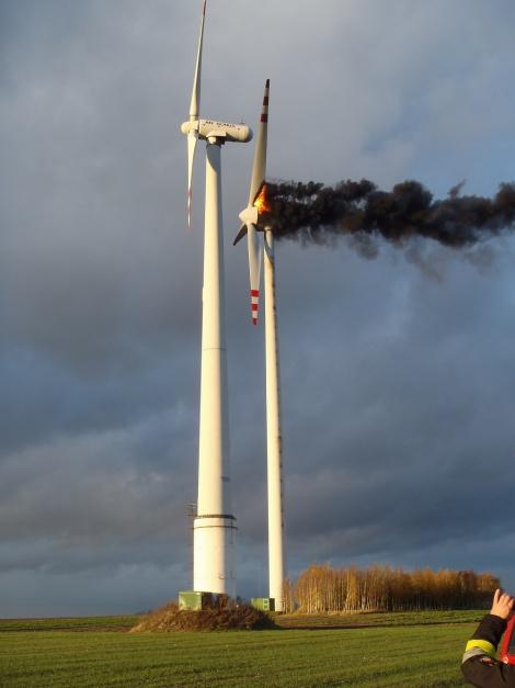 Ogień, przedostając się przewodami elektrycznymi, szybko objął całą turbinę. (fot. KP PSP Koło)
