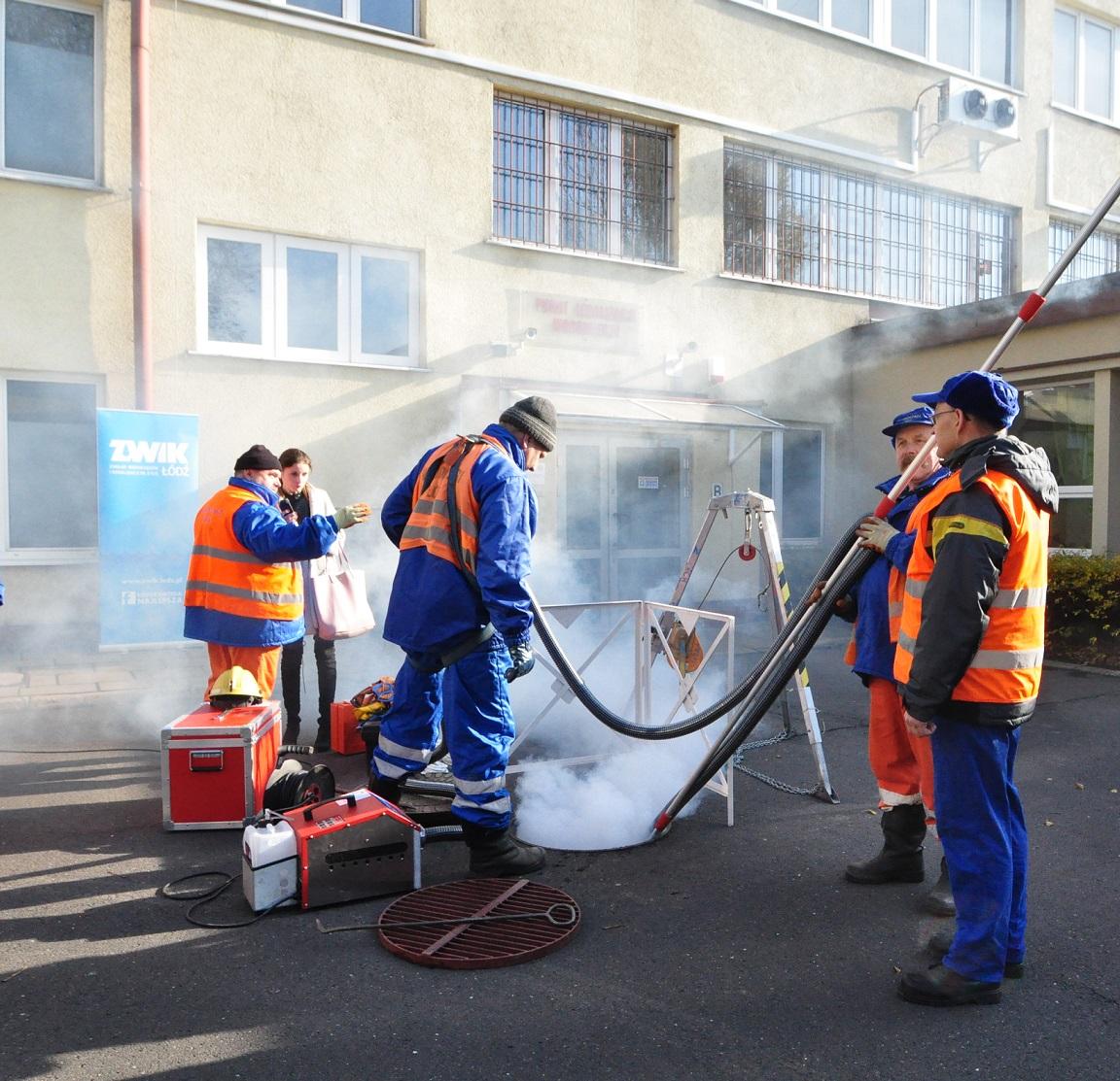 Urządzenie ma bardzo dużą wydajność, w ciągu godziny może wytworzyć tyle dymu, że wypełni np. halę o kubaturze 60 tysięcy metrów sześciennych. (fot. ZWiK Łódź)