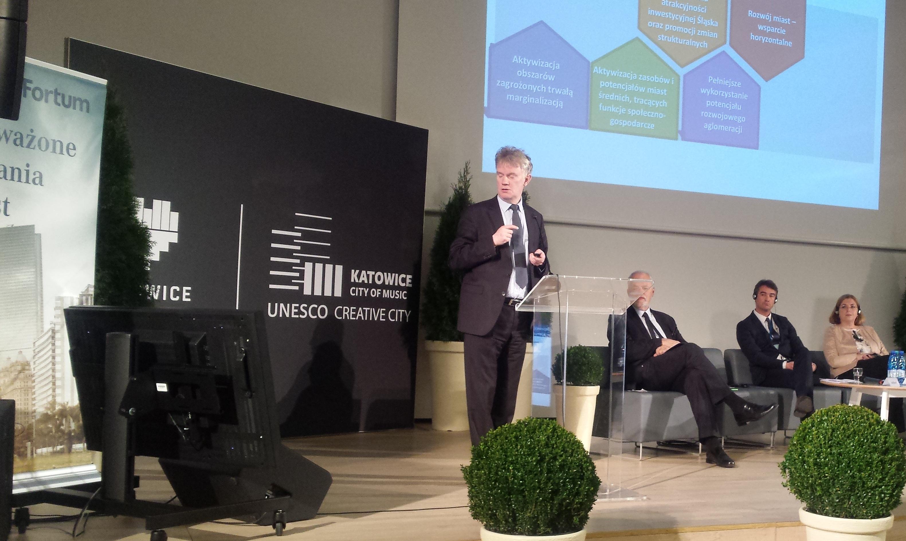 Przedstawiając podstawowe założenia polityki miejskiej Piotr Żuber zaakcentował silny udział samorządów m.in. w kwestii pozyskiwania środków. (fot. MN)