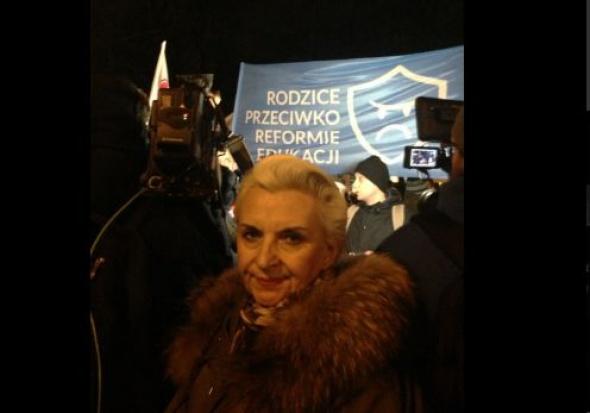 E. Gapińska podczas pikiety przeciw reformie oświaty (fot.twitter)
