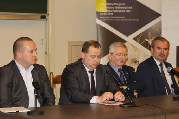 Jak poinformował wicedyrektor Departament Polityki Regionalnej UMWŚ Tomasz Janusz, w 2015 r. w ramach RPO ogłoszono 15 konkursów, a do tej pory w 2016 r. - 35 (swietokrzyskie.pl)