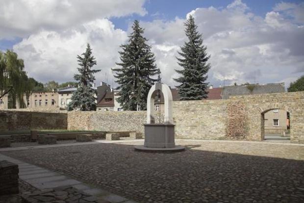 Internauci swoją nagrodę przyznali dziedzińcowi dawnego wójtostwa w Głuchołazach (fot.opolskie.pl)