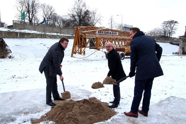 Symbolicznego wbicia pierwszej łopaty dokonali włodarze miasta (fot.UM Chorzów)
