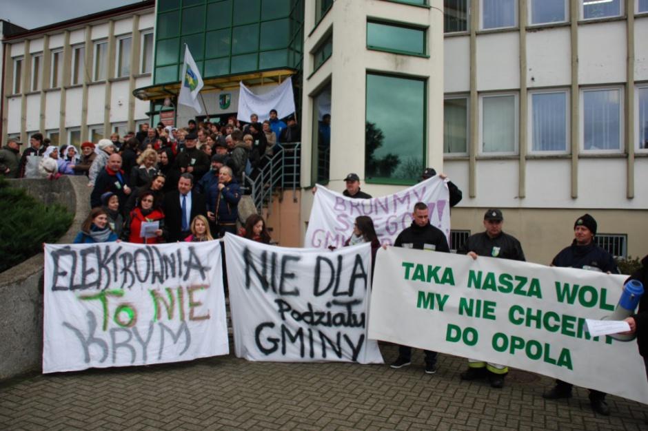 Opole, protest: Mieszkańcy nie chcą przyłączenia wsi do Opola. Zabokowali drogę