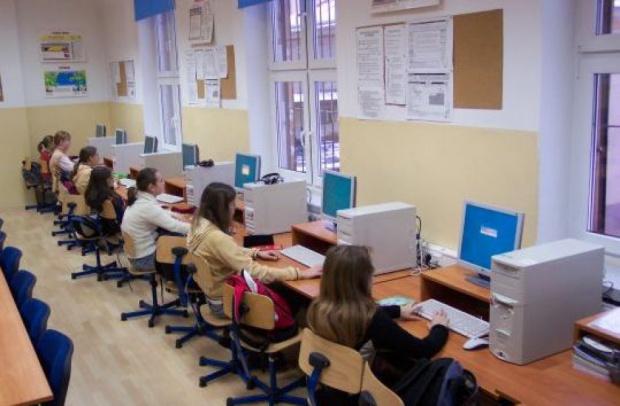 Szerokopasmowy internet w szkołach. Ministerstwo Cyfryzacji: Przepustowość 200 MB to oczywistość