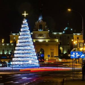 W Białymstoku choinka prezentuje się okazale, a obok ratusza przewidziano również montaż 4,5 metrowej figury anioła.(fot. Dawid Gromadzki)