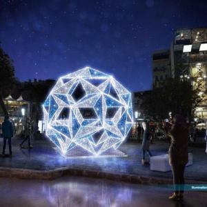 W Gdyni iluminacje składają się m.in. z ozdób nawiązujących do żeglugi, ale nowością jest np. rozświetlona kula przed Infoboksem. (fot. UM Gdynia)