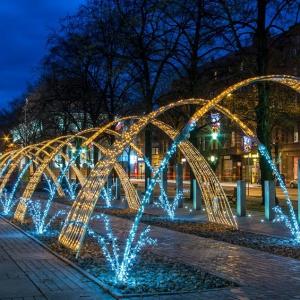 Świetlisty tunel to jeden z pomysłów, jakie zastosowano w iluminacjach świątecznych Gliwic. (fot. UM Gliwice)