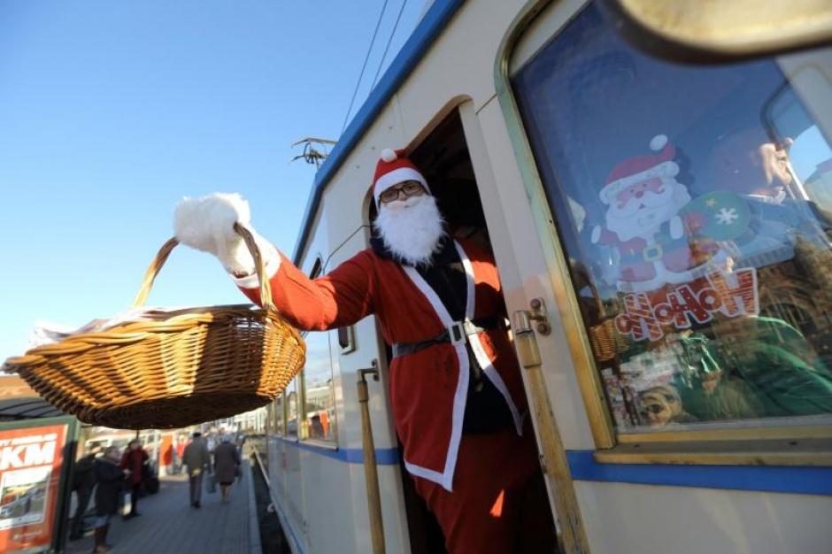 Mikołaj jeździł zabytkowym tramwajem. Rozdawał prezenty